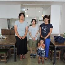 出産待機施設オープンの準備を進めるあんまぁ~ずのメンバー。内野代表(左)は「おしゃれな空間。女性限定なので安心して利用できる」と話す