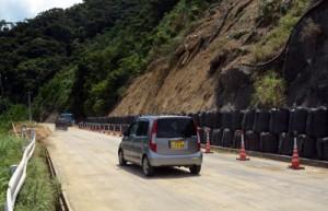 11日ぶりに通行止めが解消された市道山間市線の土砂崩れ現場=15日、奄美市住用町
