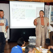 天蚕活用の可能性などについて講話した(左から)鮫島さんと南さん=16日、瀬戸内町