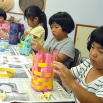 あみかご作りに取り組む児童=23日、瀬戸内町立図書館・郷土館