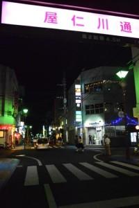 たくさんの人でにぎわう夜の屋仁川通り=28日、奄美市名瀬