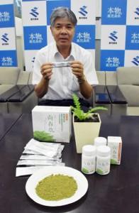 シマアザミを使った加工食品を発表する琉球大学の屋副学長=8日、鹿児島市の県庁