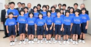 要田憲雄教育長を表敬訪問し、全国大会出場の報告をした赤木名バレーボールスポーツ少年団の選手ら=30日、奄美市教育委員会