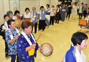 にぎやかに踊りの輪をつくった有良郷友会と集落住民の八月踊り=22日、奄美市名瀬のAiAiひろば