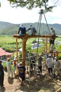 祭場となる山の中腹で行われる「ショチョガマ」作り=2016年9月4日、龍郷町秋名