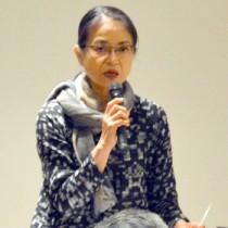映像資料について解説する日本映像民俗学の会会員の三浦庸子さん(●)、岡田一男さん=23日、奄美博物館