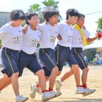 体育大会の各種目に全力で挑んだ与論中の生徒たち =10日、与論町