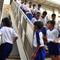 ミサイル発射に備えた訓練で、校内の指定避難所へ移動する生徒ら=21日、和泊町