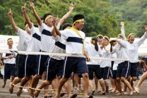 むかでリレーなどで熱戦を繰り広げた大島高校の第69回体育祭=3日、県立大島高校上部グラウンド