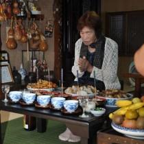 昔ながらの料理を供えてコウソガナシを祭る「ツカリ」=25日、龍郷町秋名