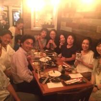 奄美黒糖焼酎を飲みながら懇談するニューヨーク奄美会の会員ら=8月22日、ニューヨーク