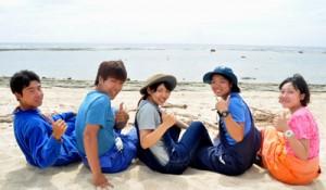 沖永良部島の海に憧れ、村おこしボランティアで来島した学生ら=6日、和泊町与和の浜