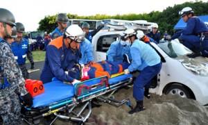 警察や消防、自衛隊の合同で行われた、埋没車両からの救助訓練=1日、知名町