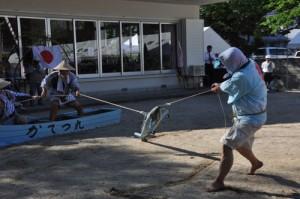 嘉鉄集落豊年祭で披露された「ソーラ釣り」=9月30日、瀬戸内町