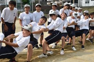 綱引きは女子も熱い戦い=9日、古仁屋高校