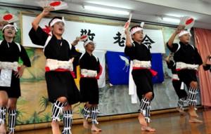 オープニングを飾った国頭小児童による国頭ヤッコ(上)子どもたちの発表に、笑顔で拍手を送る敬老者=17日、和泊町国頭