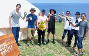 「最高の乾杯」をテーマに、沖永良部島で撮影を行っているクルーのメンバー=26日、知名町田皆岬