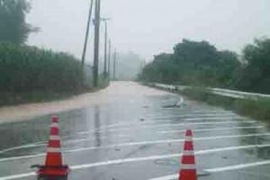 記録的な大雨で冠水した町道=4日午後3時37分ごろ、喜界町羽里