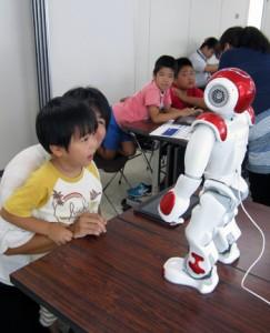 AIロボットを興味深く見詰める参加者=8月27日、瀬戸内町