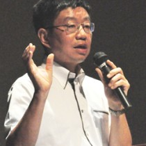 40年前の沖永良部台風について講演する里田弘志鹿児島地方気象台長=13日、知名町