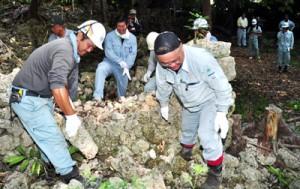 後蘭孫八の城跡で、石積みの技術を学ぶ研修参加者ら=30日、和泊町
