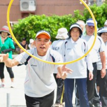 スポーツの秋を楽しむ参加者=23日、和泊町