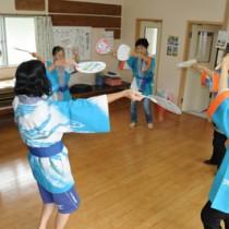 豊年祭での「三浦音頭」初披露に向け、練習に力を入れる三浦婦人会=17日、瀬戸内町加計呂麻島