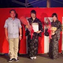 大和村の観光大使に任命された指宿さん(中央)と伊さん(右)=8月27日、大和村思勝(提供写真)