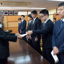 学生6人に委嘱状を交付した受け入れ式=20日、奄美市役所