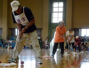 500人が出場した高齢者スポーツ大会=27日、宇検村総合体育館