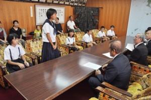 朝山市長を表敬訪問し、活動報告した奄美こども環境調査隊の隊員ら=27日、奄美市役所