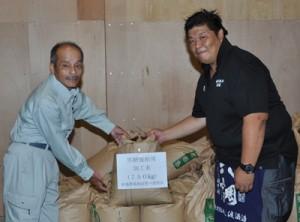 奄美大島酒造と渡酒造の蔵元2社であった秋名米贈呈式=12日、奄美市名瀬