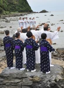 海のかなたの神々に五穀豊穣を祈る「平瀬マンカイ」=26日午後4時すぎ、龍郷町