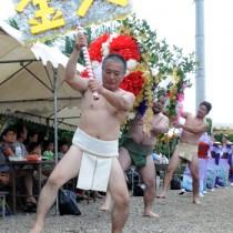 2地区が華やかさを競った伝統の踊り「テンテン」=17日、瀬戸内町西阿室