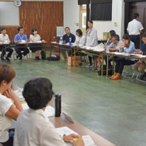 地域おこし協力隊員らが活動を紹介した意見交換会= 28日、奄美市名瀬