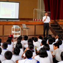 薬物などに対する正しい知識を学んだ薬物乱用防止教室=8日、和泊小体育館