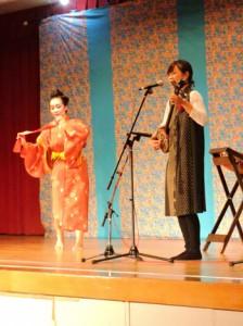 島唄とコラボした琉舞を踊る時本さん=17日、喜界町自然休養村管理センター