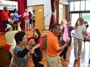 にぎやかに歌い踊って会を締めくくった参加者たち=24日、瀬戸内町
