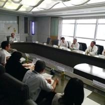 世界自然遺産登録へ向けた保全、活用策を話し合った委員ら=13日、鹿児島市
