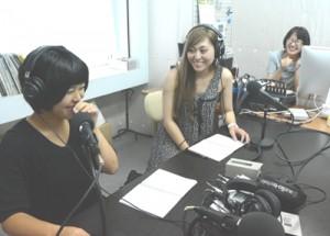 研修でラジオ番組制作に取り組む(左から)二見さん、竹市さん=13日、エフエムうけんスタジオ