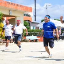 約350人が参加し、さわやかな汗を流したゆめ・ときめきスポーツ大会(50㍍走)=28日、知名町