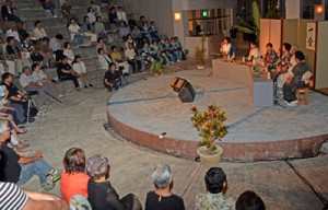 夜風を楽しみながら島唄を堪能した「奄美十五夜唄あしび」=2日、奄美文化センター
