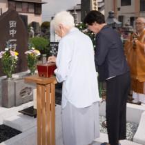 田中家の菩提寺・満福寺で営まれた墓前法要=11日、栃木市旭町