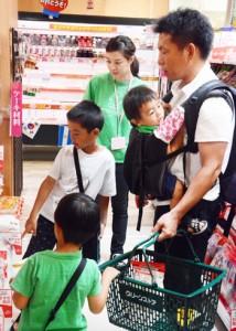 子どもを連れての買い物体験をする男性=9月30日、奄美市名瀬