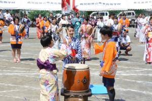 浴衣姿で八月踊りを披露する生徒ら=10日、奄美市名瀬