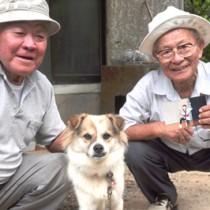孫の写真を手に、村山さん(左)とテツに直接会ってお礼した平山さん=20日、和泊町喜美留