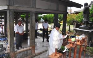 西郷の遺徳をしのび、約50人が参列した南洲神社での例祭=24日、和泊町
