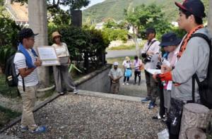 「まち歩き」をテーマにあったエコツアーガイド育成研修会=2日、大和村の開饒(ひらとみ)神社