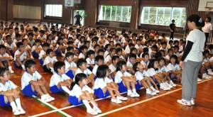40年前の沖永良部台風について学ぶ児童ら=9日、和泊町の和泊小