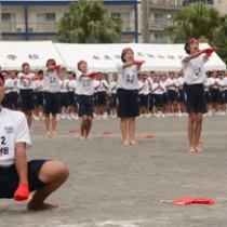 応援合戦で演舞を披露する名瀬中の生徒たち=24日、奄美市名瀬